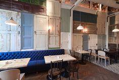Restaurant Bon (Bucarest, Rumania) El arquitecto Cristian Corvin ha recuperado más de 200 puertas y ventanas como revestimientos de pared. Anteriormente se habían utilizado como valla para las obras de construcción del local.