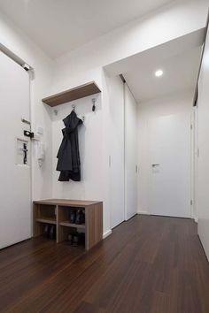 Spojením místností a zvětšením koupelny docílili lepšího vzhledu bytu – Novinky.cz Entryway, Closet, Furniture, Design, Home Decor, Entrance, Homemade Home Decor, Door Entry, Closets