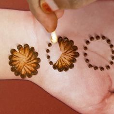 how to apply beautiful mehndi designs for hands Henna Tattoo Hand, Henna Tattoo Designs, Henna Tattoo Muster, Henna Flower Designs, Mehndi Designs Book, Henna Designs Feet, Simple Henna Tattoo, Simple Arabic Mehndi Designs, Modern Mehndi Designs