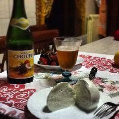 """Mozzarella, birra artigianale """"lachouffe"""" e ciliege"""