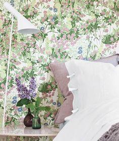 Denne vakre kløvereng-tapeten er designet av Arne Jacobsen, og du finner den i kolleksjonen Wallpapers by Scandinavian Designers. Bestill tapetprøver på finndintapet.no #finndintapet #tapet #tapetsere #scandinaviandesign #boråstapeter #arnejacobsen #vegg #inspirasjon #soverom #kløvereng #interiør #interiørdesign #borge #borgetapet #wallpaper #wallcovering