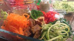 Les ingrédients qui composent un bol santé : carottes râpées, poivron râpé, courgettes râpées, choux frisé, etc. Bol Buddha, Buddha Bowl, Bol Dragon, Marina Orsini, Vinaigrette, Tofu, Cabbage, Vegan Recipes, Spaghetti