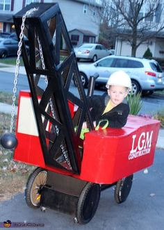 Kimberly: Our son loves everything construction and farming. This year he wanted to be a wrecking ball crane. This wrecking ball crane took my husband about 5 hours to create. Group Costumes, Cool Costumes, Costume Ideas, Halloween Costume Contest, Halloween Costumes For Kids, Hollween Decorations, Cardboard Costume, Jogging Stroller