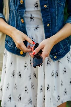 Summer dress, denim jacket and sneakers – why does it look good together? | Make Life Easier