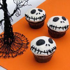 映画からハロウィンキャラクターの顔が書いてるの白い砂糖の衣のチョコレートカップケーキ