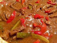 Strogonow Pożywny, niezwykle smaczny i aromatyczny gulasz z wołowiny z dodatkiem pieczarek, papryki oraz kiszonych ogórków. Strogonow to rozgrzewające i sycące danie jednogarnkowe, idealne na zimne dni. Przygotowanie tej potrawy nie jest trudne lecz trochę czasochłonne, jednak wystarczy wrzucić składniki do garnka i większość czasu gulasz robi się sam :)) Polecam!   Składniki: 0,5 …