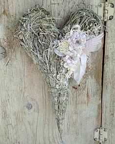 491 отметок «Нравится», 111 комментариев — Лаванда . Вышивка . Жизнь (@lena_krapivka) в Instagram: «Я продолжаю фантазировать. Из сухой травы смастерила сердечко. Чуть припорошила белой краской и…» Shabby Chic Wreath, Diy Flowers, Flower Diy, Grapevine Wreath, Flower Arrangements, Wreaths, Homemade, Innovative Ideas, How To Make