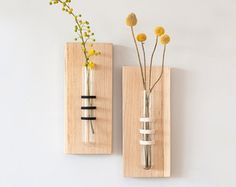 Speciale opknoping tube vaas verpakt en opgehangen op een massief eiken kubus. Puur en eenvoudig aanwezigheid. Perfect voor uw keuken, woonkamer en kantoor. Draad van de kleur van uw keuze: zwart, groen, katoen naturel. Grootte: Buis: 5.9(15 cm) hoogte / 1 (2,5 cm) diameter Kubus: massief eiken 1.57 x 1.57 x 2,36 (4 x 4 x 6 cm) Opknoping draad: app. 7.85(20 cm) ------------------------ Zie onze andere unieke buis vaas: https://www.etsy.com/il-en/listing/233968...