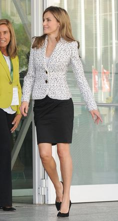 Princess Letizia, Queen Letizia, Business Professional Outfits, Look Formal, Queen Dress, Estilo Fashion, Work Wardrobe, Royal Fashion, Work Attire