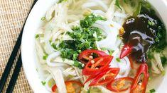 Thaisuppe Hühnersuppe wird nicht nur in Europa geschätzt. Sie kommt unter anderem in der jüdischen, brasilianischen oder koreanischen Küche zum Einsatz – natürlich mit jeweils anderen Gewürzen und Beigaben. Wenn Sie es pikant und erfrischend mögen, kochen Sie zur Abwechslung einmal die thailändische Variante mit Glasnudeln, Zwiebeln, Sojasprossen, Chili, Limette und Sojasauce. Tipp: Zitronengras verleiht asiatischen Gerichten eine erfrischende Note.