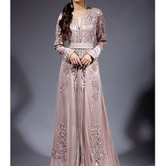 Caftan with rose colour Morrocan Dress, Moroccan Caftan, Style Oriental, Oriental Fashion, Abaya Style, Abaya Mode, Arabic Dress, Hijab Stile, Look Short