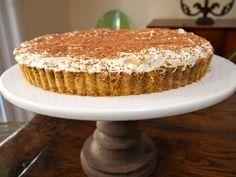 Heerlijke banoffee Pie.  Een bodem van digestive koekjes, opgebouwd met caramel / banaan en slagroom. Daarna een laagje cacaopoeder erover. SMULLEN MAAR!