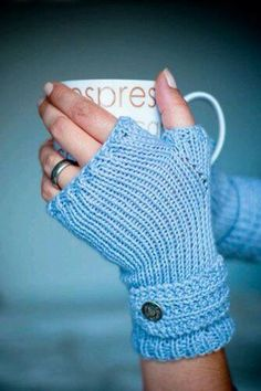 Free fingerless mitts knitting pattern, great for a beginner knitter. Find more free knitting patterns on this site! Fingerless Gloves Knitted, Crochet Gloves, Knit Or Crochet, Mittens Pattern, Crochet Granny, Loom Knitting, Knitting Patterns Free, Free Knitting, Mittens