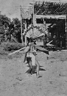Dajak krijgsdans tijdens de Borneo-expeditie onder leiding van dr A.W. Nieuwenhuis. 1898-1900