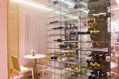 15 boas ideias para estantes e nichos da Casa Cor Campinas - Detalhe da estante de vidro do Restaurante do Empório Vaticano, assinado por Adriano Stancati e Daniele Guardini.