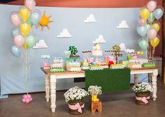A porquinha Peppa foi o tema do aniversário de três anos de uma menina, decorado pela Caraminholando (www.caraminholando.com.br). Ao fundo, um tecido azul com nuvens e sol de feltro imitavam o céu claro que costuma ser cenário dos desenhos da personagem
