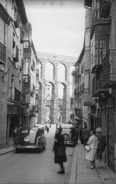 Bajando al Acueducto. R. Kallmeyer, 1950-1955. Fondo Arqueología de Imágenes. Filmoteca de Castilla y León.