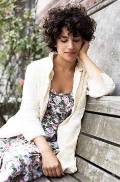Bonjour amados, Cabelos cacheados com franja é extremamente bonito e feminino. Mais muitas mulheres com cachos naturais ainda têm uma r...