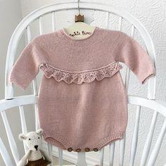 @knittingforsif 🍂 Erantis Romper 🍂 Perfekt i efterår med små strømpebukser. For opskrift 👉 se link i bio. * * #erantisromper ☀️ #laceknitting #blondestrikk #babyknits #babystrikk #babystrik #strikking #strikke #strik #norskbarnemote #knitforkids #knittersofinstagram #instaknit #knitting #knitforbaby #strikktiljente #i_loveknitting #strikktilbarn #guttestrikk #drengestrik #babyknit #babystrikk #børnestrik #barnestrikk #itsybitsyknits #knittingaddict #knittingforsif