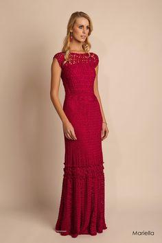 Dos versiones de un vestido tejido al crochet colorado, con espalda muy sugestiva. Se están usando mucho los vestidos ...