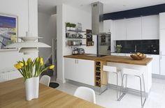 Küche mit Kochinsel - weiße Fronten und Holz Arbeitsplatte