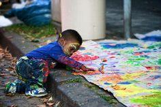 Los niños, son niños, da igual cómo sean. Entre ellos se ven como niños. Por eso propongo talleres de pintura, como el que se ve en la imagen, trabajos de calle en barrios que puedan tener dificultades donde todos los niños puedan jugar y expresarse libremente, sean como sean y hagan lo que hagan.