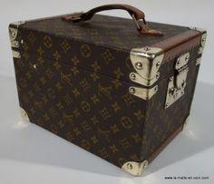 Boite_a_flacon_cote_1 http://www.la-malle-en-coin.com/Malles-Louis-Vuitton/boite-a-flacon-complete-r1381.html
