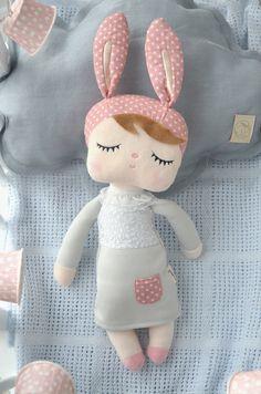 Jestem wszystkim podekscytowana, naszą nową cudowną króliczką, wymarzonym łóżeczkiem, wiosenną sukienką Pola&Frank, delikatną chmurką. W króliczce znalezionej w zakochałam się od pierwszego wej...