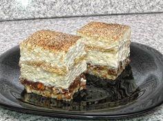 Într-o tavă se pun cele 300 g de nuci şi se dau la cuptor la 200 grade timp de 5-7 minute. Se scot din cuptor şi se mărunţesc, apoi se distribuie uniform, pe toată suprafaţa, într-o tavă tapetată cu hârtie de copt. BLATUL: Albuşurile se separă de gălbenuşuri. Albuşurile se bat spumă… Romanian Desserts, Romanian Food, Romanian Recipes, Sweets Recipes, Cookie Recipes, Mousse, European Cuisine, Good Food, Yummy Food