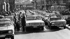 NZZ: Beim Standplatz vor dem Hauptbahnhof stauten sich die Taxis schon immer, wie auf diesem Bild von 1973. Man beachte das Coop-Logo auf dem «Provisorium» und den modernen 31er-Bus. Street View, Logo, Central Station, History, Logos, Logo Type