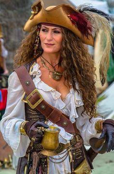 Piratin Kostüm selber machen | Kostüm Idee für Gruppen zu Karneval, Halloween & Fasching