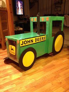 John Deere tractor costume Tractor Birthday, Farm Birthday, 2nd Birthday Parties, Tractor Crafts, Farm Crafts, Wagon Halloween Costumes, Wagon Floats, Atelier Creation, Farm Day