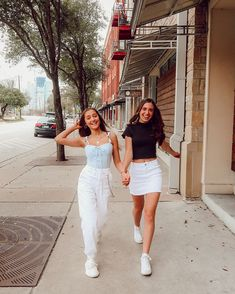 101 cute outfits with sneakers that you need to try 103 ~ Litledress Cute Friend Pictures, Friend Photos, Bff Pics, Bff Posen, Best Friend Fotos, Best Friend Pics, Shotting Photo, Cute Poses, Fashion Poses