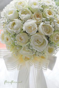 白くて丸いオールドローズタイプのバラとかすみ草のリボンブーケ delivered to ヨコハマグランドインターコンチネンタルホテル様 東京目黒不動前フラワースタジオフローラフローラ