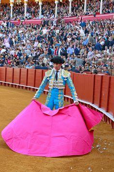 José María Manzanares durante la corrida en La Maestranza de Sevilla Fiona Ferrer, Matador Costume, Spanish Party, Extraordinary People, Student Fashion, Dressed To Kill, Dress Form, Muscle Men, Eye Candy