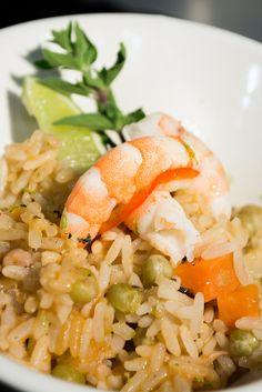 Paella. Receta española, su principal ingrediente es el arroz y en este caso los mariscos.