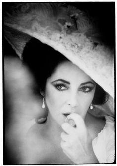 Cléopâtre, La Chatte sur un toit brûlant, Une place au soleil… Elizabeth Taylor était une starlette vraiment inimitable d'Hollywood, aimée dans le monde entier. Très peu de gens ont eu un accès privé à cette actrice célèbre, mais le photographe Firooz Zahedi a rencontré la méga-star à l'âge de vingt-sept ans, alors qu'il était un photographe en herbe. À l'époque, il ne savait pas que la star fascinante aux yeux violets allait devenir l'une de ses plus grandes alliées professionnelle et une…