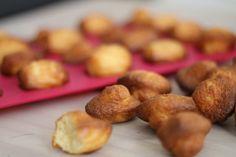 Voici une recette de mini madeleine à l'ancienne, comme celles de Commercy. Facile à réaliser et ultra moelleuse, on attend le goûter avec impatience ! Le lien ici : http://www.delices-de-mouflette.com/recette-mini-madeleine/