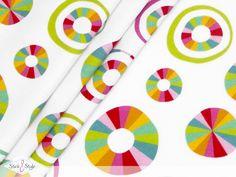 Ist es ein Sonnenschirm? Ist es ein Rettungsring? Nein - es ist die neue Eigenproduktion von Stick & Style:  Jersey Rainbow Circles . Mit seinen frischen, bunten Farben ist dieser Jersey Dein sommerlicher Begleiter bei Ausflügen...