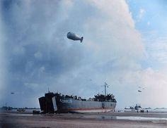 El USS LST-388 de la marina estadounidense descarga en la playa de Normandia el…
