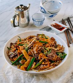 Beef chow fun is a popular Cantonese dish made from stir-frying beef, wide rice noodles, scallions, bean sprouts and dark soy sauce at very high heat! Chow Fun Noodles, Rice Noodles, Chow Fun Recipe, Wok Of Life, Asian Recipes, Ethnic Recipes, Chinese Recipes, Beef Marinade, Fried Beef