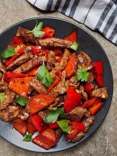 Rask middag med biffstrimler og paprika - oppskrift / Et kjøkken i Istanbul Turkish Recipes, Ethnic Recipes, Kung Pao Chicken, Pot Roast, Istanbul, Smoothies, Food Porn, Food And Drink, Baking