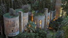 """Jakmile Ricardo Bofill v roce 1973 zahlédl odstavenou cementárnu, uvědomil si její skrytý potenciál. Zrodila se """"La fábrica"""", projekt úchvatného sídla, který dokončil o bezmála 45 let později."""
