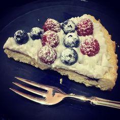 Crostata con marmellata di visciole crema al latte e frutta