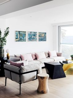 Beach style living room. | Photo: Felix Forest | Story: BELLE