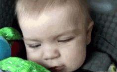 Y este bebé que está impresionado con un simple túnel: | 14 bebés que son demasiado tontos para su propio bien