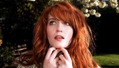 """Florence and the Machine • St. Jude • Novo Tema «Solitária, amanhecida e embrulhada numa deslumbrante aura barroca, a intimidade repousada de """"St. Jude"""" embala-nos os sentidos...» #FlorenceAndTheMachine #StJude #HowBigHowBlueHowBeautiful #NovoTema #NovoVideo #RosanaRocha #TrackerMagazine"""