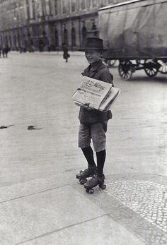 Willy Römer, Zeitungsjunge mit Rollschuhen, 1926.