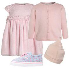 Un outfit composto da un vestitino rosa, un cardigan con maniche lunghe, un paio di Vans con i cuoricini, ed un berretto è perfetto per una cerimonia.
