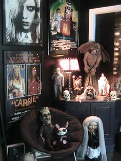 20 Scary Horor Decoration for your Hollowen Party ⋆ Main Dekor Network Horror Room, Horror House, Halloween Living Room, Halloween Bedroom, Living Room Decor, Bedroom Decor, Bedroom Ideas, Gothic Bedroom, Steampunk Bedroom